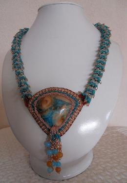 Magnifique couleur pour cette crasy lace agate sertie de d�licas Ice blue crystal AB, matte teal Ab, de Boh�mes et soyons crasy ! pas moins de 200 toupies Swarovski pour le collier, perles en agate �galement pour la floche et joli fermoir