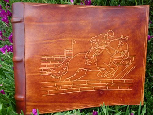 Album photos, cuir véritable vachette pleine fleur Gravure : cheval au saut d'obstacle Dimensions (cm) : Feuilles A4 21 X 29,7 Référence : AP005CT