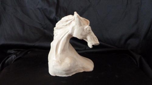 Sculpture en grès, peinte à la main. Elle est recouverte d'une résine transparente haute protection. Hauteur 22 cm. Oeuvre unique et signée.
