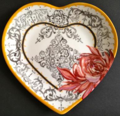 Assiette coeur dessert motif fleurs. Référence: Diamètre: Sur commande délais nous consulter.