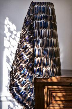 Isis  Abat-jour de forme conique drapé de plumes naturelles de canard  Dimensions: Ø bas : 31cm H : 50cm Pour douille E27  Matières: métal brut, polyphane et plumes naturelles de canard