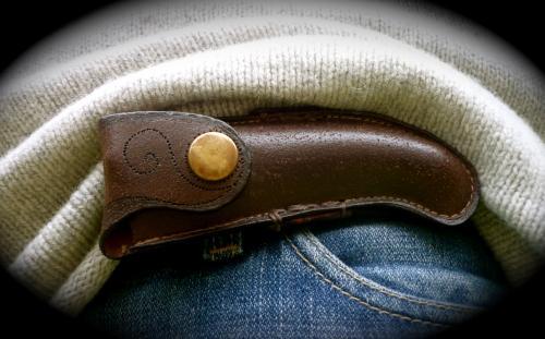 étui pour couteau laguiole en croute de cuir patiné,motit marqué à chaud,avec passant pour ceinture.modèle unique.