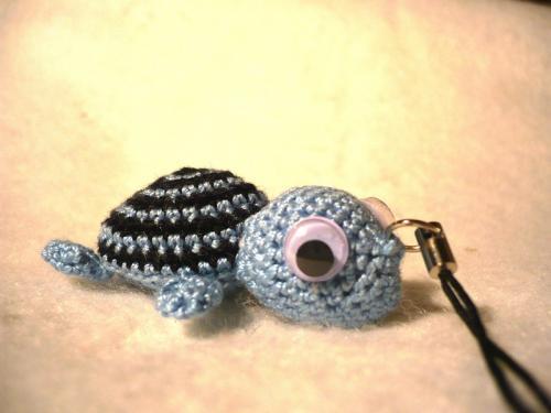petite tortue bleue et noire realisée entièrement au crochet, elle mesure 5 cm de long.