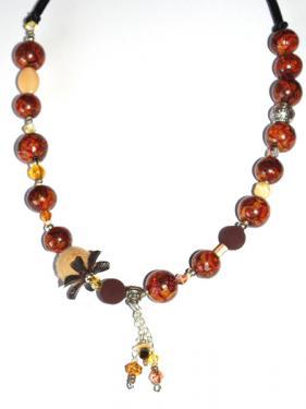 Ce collier r�alis� en pi�ce unique, apportera une note chic et class autour de votre cou. Tonalit� marron et caramel.