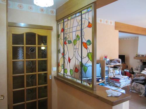 séparation en chêne et fer forgé . vitraux réalisés par Lumiverre (Dourdan)