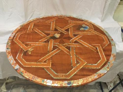 Création plateau de table, présentée au Salon des Metiers d'Art au Carrousel du Louvre. Signée numérotée. Faux bois, papillons et incrustation de métaux, imbrication de texte:
