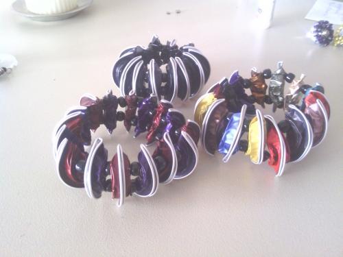 bracelets montés sur élastique.