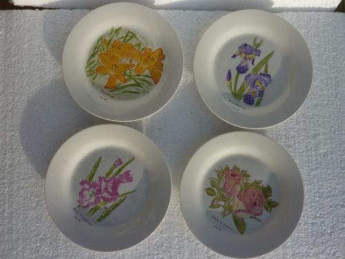 Ce lot de quatre assiettes ravissant , personnalisable  « brins de glaïeuls », « iris mauves », « lis orange » et « roses en bouton » vous apportera une note de couleur sur votre table . Ces articles peuvent servir pour l?entrée, le fromage et le dessert. Article de dimension diamètre 18 cm.  En vente sur le site, cliquez sur :  http://www.alittlemarket.com/vaisselle-verres/fr_lot_de_quatre_assiettes_fleurs_d_aquarelle-7512701.html