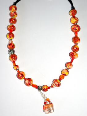 Ce collier r�alis� en pi�ce unique, apportera une note chic et class autour de votre cou. Tonalit� orang�e.