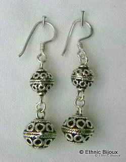 Très jolies paire de Boucles d'oreilles pendantes en argent ciselé.