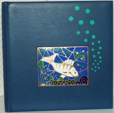 ALBUM PHOTOS pour les amoureux de la mer Reliure 26x25cm, buffle bleu sur carte noire 270g Email champlevé :