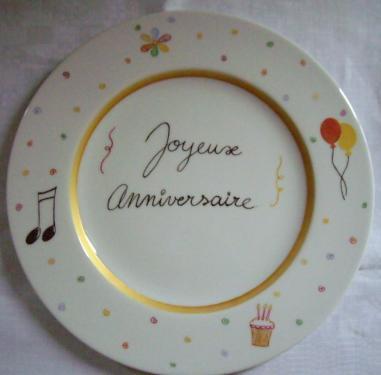 Assiette joyeux anniversaire personnalisable (texte, couleurs, motifs).