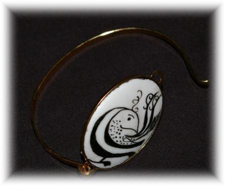 Bracelet motif lettre alphabet arabe Dimensions : Tour de poignet 6 * 5 cm ; Porcelaine : 4 * 3 cm  Création - Modèle unique  Porcelaine et laiton doré garanti sans nickel