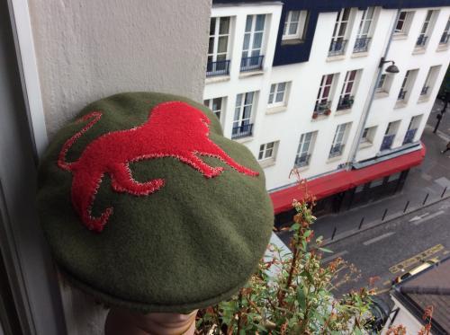 la forme classique et inimitable du kangol. Avec sur le dessus un lion royal en polaire rouge. Exemplaire unique. Cette casquette n'attend plus que vous. Pure laine. Tour de tête : M    (52)