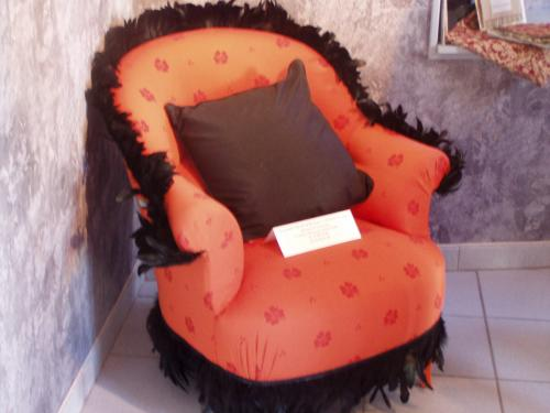description création fauteuil crapaud avec plumes d'autruche