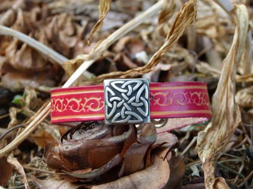 Bracelet cuir véritable de vachette gravé, avec coulissant entrelacs Largeur 13mm autre choix sur : http://www.equi-art-design.com/news/bracelets/ Fermoir pression Référence : BM012RE