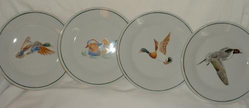 Assiettes à dessert motifs canard en vol (voir galerie pour modèles en gros plan).Filet de couleur vert foncé réalisé à la main. Résiste au lave vaisselle.