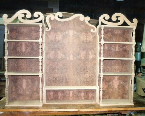 ETAGERE DE BAR : en orme et loupe d'orme  montants tournés et découpes décoratives