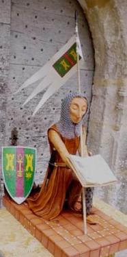 Oeuvre collective r�alis�e par 4 artisans d'art: (cuir c�ramique m�tal et enluminure) Chevalier agenouill� sur un socle en carreaux de c�ramique,v�tu d'un costume enti�rement r�alis� � la main.( C�te de mailles chaussse et haut de chausse en cuir, armes en m�tal cisel�) tenant � la main un livre enlumin�, un fanion et un bouclier repr�sentant les armes de la ville de Dignac (renomm�e pour sa f�te m�di�vale)