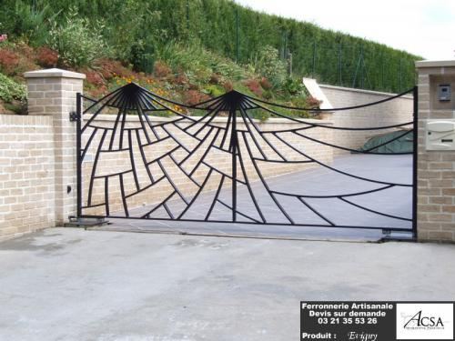 Portail design réalisé en acier. Il est asymétrique à 2 vantaux. L'ouverture se fait par un automatisme enterré. Il a été métallisé et peint.