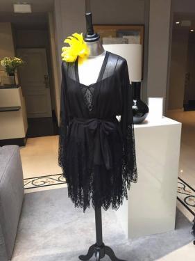 Black Swan Chemise de nuit et déshabillé kimono en mousseline de soie strech et dentelle Solstiss. Nightgown and negligee kimono (chiffon stretch silk and Solstiss lace).