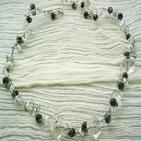 BLACK AND WHITE: Collier en fil d' aluminium blanc et noir torsadés, parcourus de perles oeil de chat noir, de perles en verre transparent en forme de fleur, et perles en porcelaine blanche et perles cubique en verre transparent.Ce collier peut prendre la forme que vous voulez, grâce au fil très maniable.