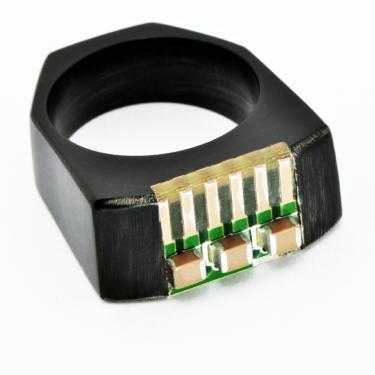 bague en corne de buffle et pièce de ordinateur