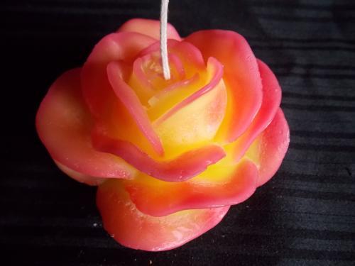 Bougie en forme de rose - dim 13 cm De couleur rouge et jaune Dur�e allum� : plus de 15h