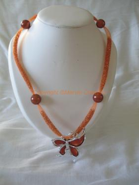 Collier ( 60 cm) résille tubulaire orange, cristaux marron, papillon acrylique orange Réf: CO05154