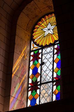 Restauration des 6 fenêtres de l'église de Cours les Bains 47. Rénovation des huisseries. Remontage plomb neuf de tous les panneaux. Masticage et contre masticage de l'ensemble.