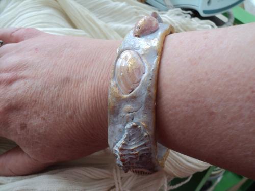 Bracelet en p�te fimo parme et dor� recouvert de coquillages peint et dor� � la cire