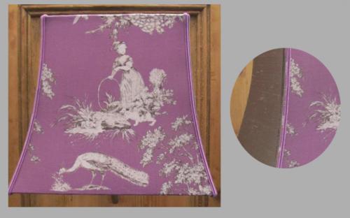 Ecran de forme pagode rectangulaire pour applique murale. Celui-ci est réalisé en toile de Jouy pour la face principale et en soie grise pour les cotés qui sont agrémentés de soutaches rappelant les deux coloris principaux.