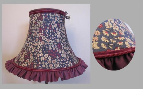Pagode ronde en tissu liberty frou frou doublé, avec en finitions un volant de coton et ruban de velours ton sur ton rehaussé de cordelettes haut et bas.En rappel du tissu de la jupe un petit noeud papillon.