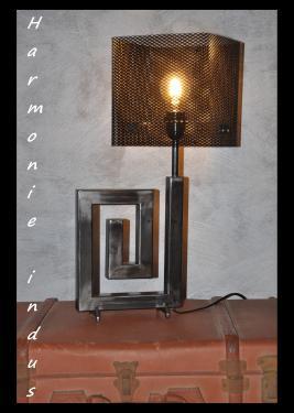 Lampe Harmonie indus.Abat-jour design des années 50 inspiré de Mathieu Matégot. Dimension hors tout: Lg.30 cm x lg.20 CM X H.55 cm