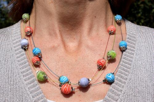 Multitude de perles montées sur 3 rangs de fil d'acier bleu