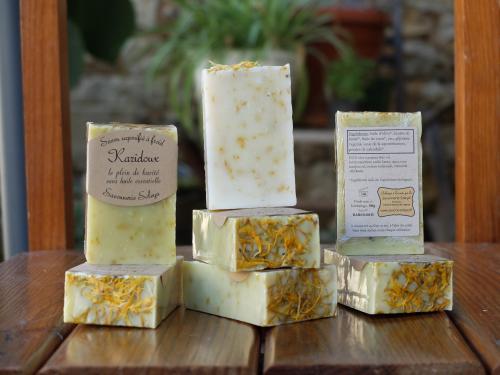 Karidoux  huile d'olive*, beurre de karit�*, huile de coco*, eau, glyc�rine**, p�tales de calendula*.