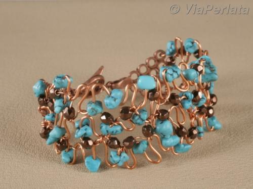 Bracelet manchette à structure de fil de cuivre épais travaillé à la main, pavé de turquoise véritable ; il est entièrement rebrodé de perles de Bohème facettées sur fil de cuivre fin. Modèle unique