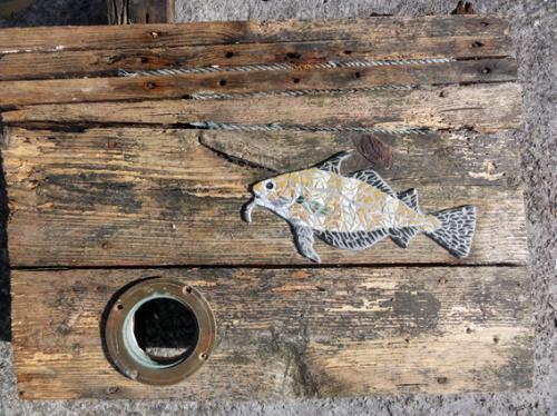 Tacaud en mosa�que r�alis� avec d'anciennes tesselles de gr�s �maill� sur morceau du pont du