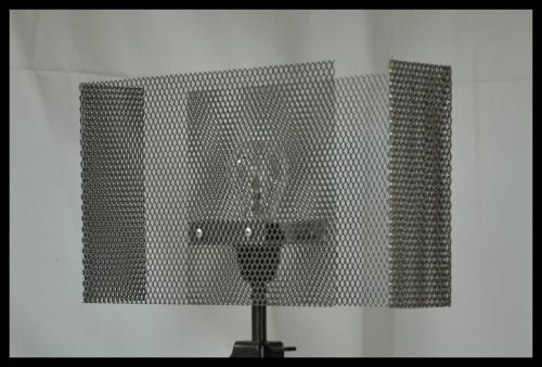 Abat-jour rectangulaire double L. Réalisé avec une grille en acier vernis. Modèle présenté Lg.40 cm x lg.10 cm x h 20 cm. Prix à partir de 40 euros sur mesure et sur commande.