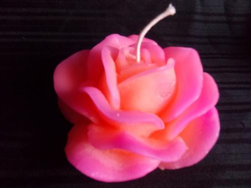 Bougie en forme de rose - dim 13 cm De couleur rose et orange Fabriqu� avec de la cire de qualit� et m�che coton Dur�e allum� : plus de 15h