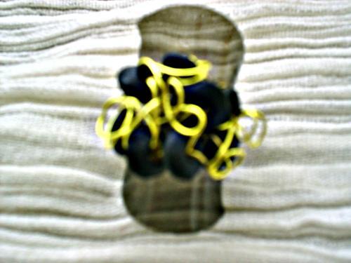 MINI ROUE: bague sur anneau argent� r�glable, d�cor� de fil d'aluminium jaune et des perles en bois cylindrique aplaties