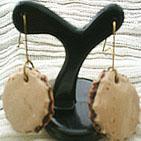 BISCUIT: Boucles d'oreille en pâte fimo beige, vernie, en forme de biscuit au bord dentelé et garni de pâte fimo marron