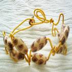 ROSALINDE:en fil d'aluminium dor�, perles de bois couleur nacre, style chinois, d�cor�e de fleurs marron Bracelet r�glable � la taille du poignet.