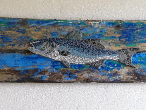 Bar � l'attaque en mosa�que r�alis� avec d'anciennes tesselles de gr�s �maill� et d'�maux de verre pour les nageoires, sur morceau de pavois du