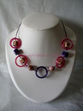 Collier (46 cm) fil cablé double violet, fushia, perles en verre et céramique  Réf: CO08143