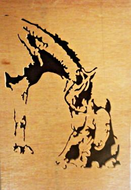tableau de 20 x 30 cm représentant une scene de tendresse entre une jument et son poulain, entièrement réalisée à la main a la scie a chantourné dans mon atelier.