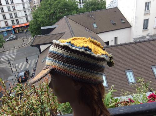 Voici une casquette qui Marie la laine le cuir et les graines. Cette casquette est un mod�le unique qui donnera de l'allant � votre personnalit�.  Elle n'attend que vous Voici une casquette fort jolie qui vous ira � ravir. Nul doute que vous ne rencontriez quelqu'un d'autre vous avec ce mod�le unique.  Le mariage des couleurs est r�ussi . Ornementation de graines tropicales et d'un ravissant bouton.  Taille 58