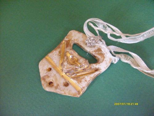 description bijou de ma création en porcelaine peint en lustre et doré à l'or fin 4 cuissons sont nécessaires  la première le biscuit, la deuxième l'émaillage, la troisième le lustre, et la quatrième l'or; monté sur divers cordon au choix soit métal soit tissus