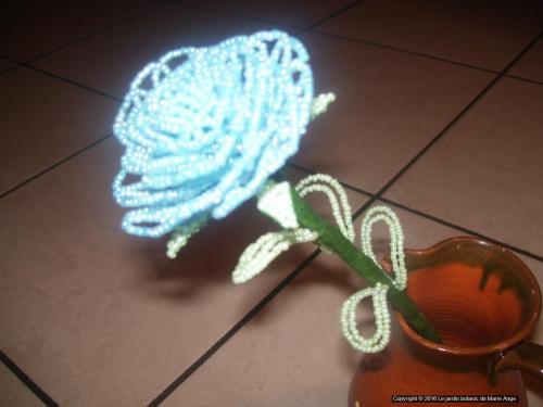 Grosse Rose bleue pastel feuilles vertes pastel Prix unitaire: 5 euros Couleur possible sur demande