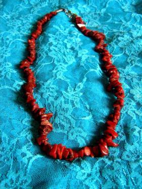 Collier en morceaux de corail rouge: http://www.alittlemarket.com/collier/fr_corail_rouge_collier_tres_beau_pour_les_fetes_-14519805.html